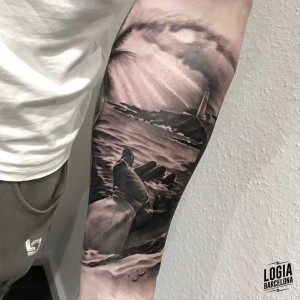 tatuaje_brazo_faro_mano_paisaje_logiabarcelona_javier_jas