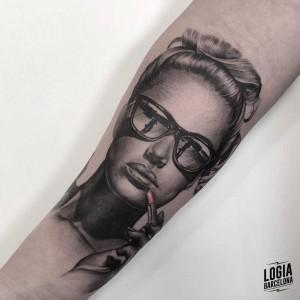 tatuaje_brazo_mujer_lolita_logiabarcelona_javier_jas