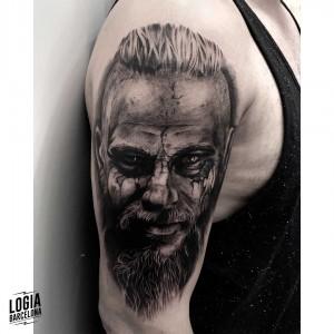 tatuaje_brazo_ragnar_lodbrok_vinkings_logiabarcelona_javier_jas