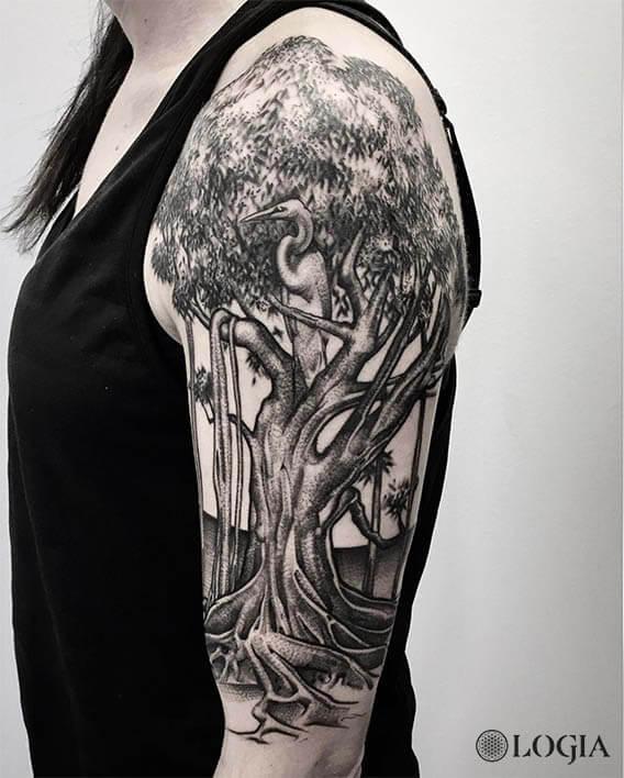 tatuaje-brazo-arbol-cigueña-logia-barcelona-zoen