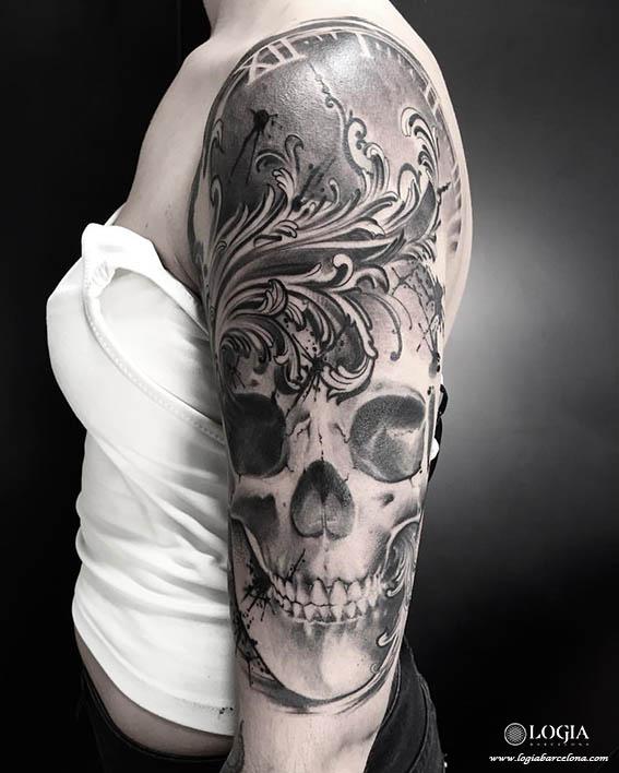 tatuaje-calavera-negra-decoracion-brazo-logia-barcelona-zoen