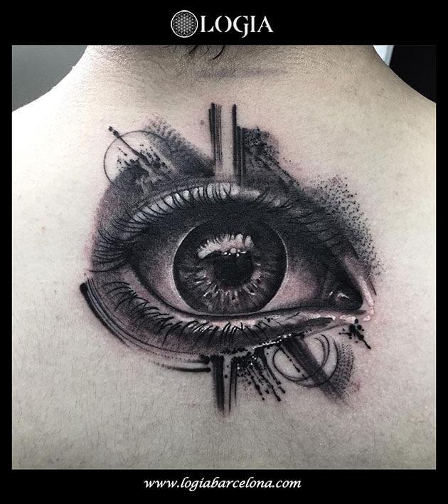 tatuaje-espalda-ojo-blackwork-logia-barcelona-zoen
