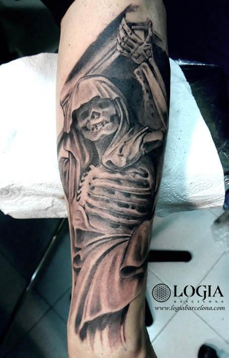 tatuaje-muerte-ataud-brazo-logia-barcelona-Zoen