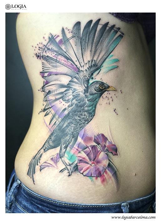 tatuaje-pajaro-flores-color-aleteo-costado-logia-barcelona-zoen