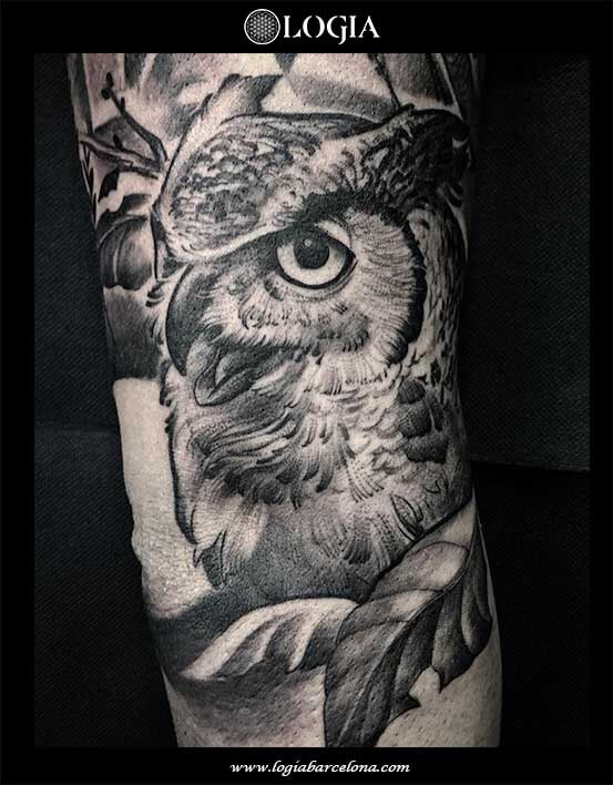 tatuaje-pierna-buho-hojas-logia-barcelona-zoen