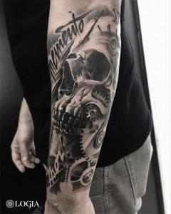 tatuaje-brazo-calavera-memento-logia-barcelona-zoen