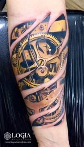 tatuaje-engranajes-antebrazo-logia-barcelona-Zoen
