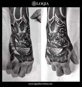 tatuaje-mano-rosa-blackwork-logia-barcelona-zoen