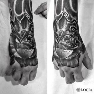 tatuaje-mano-rosa-logia-barcelona-zoen