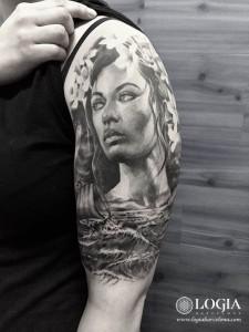 tatuaje-mujer-brazo-logia-barcelona-Zoen