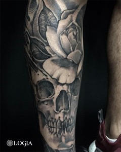 tatuaje-pierna-calavera-logia-barcelona-zoen